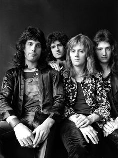 A classic portrait poster of the band Queen! Freddie Mercury, Brian May, John Deacon, and Roger Taylor in the Ships fast. Need Poster Mounts. Queen Freddie Mercury, Queen Photos, Queen Pictures, I Am A Queen, Save The Queen, Queen Ii, Queen Banda, Bryan May, Musica Country