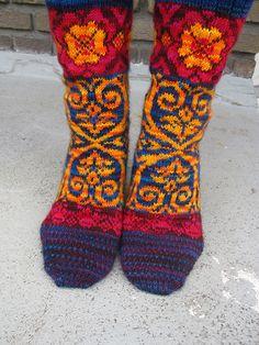 Ravelry: MariannAn's #16 - Tudor Roses. Use solid colour yarn instead. Knee highs?