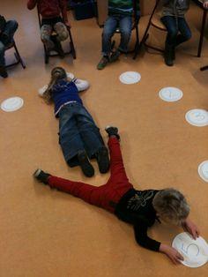 Kinderen vormen samen de wijzers van de klok