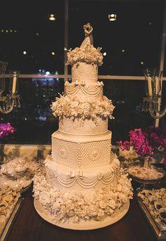 Bolo de casamento clássico - noivinhos de porcelana Lladró ( Foto: Nelson Neto )