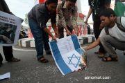 Sejumlah aktivis Himpunan Mahasiswa Islam (HMI) membakar bendera Israel saat unjuk rasa menentang serangan Israel terhadap warga Palestina d...