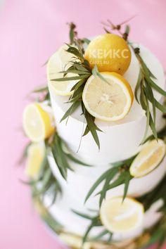 Торт свадебный в стиле Прованс, украшенный лимонами и веточками эвкалипта. #cake #cakes #weddingcake #свадебныйторт #тортнасвадьбу #свадебныйтортмосква #свадьбамосква
