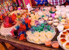Muita palha, flores, tecidos de chita e bandeirinhas dão o tom colorido e alegre da festa, realizada no Rio de Janeiro