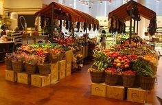 Supermarket Design, Retail Store Design, Fruit Display Tables, Mercado Madrid, Juice Bar Interior, Fruit And Veg Shop, Vegetable Shop, Store Layout, Fruit Stands