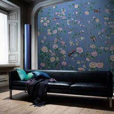 爱 Chinoiserie? Mai Qui! 爱 deep blue hued living room with chinoiserie wallpaper