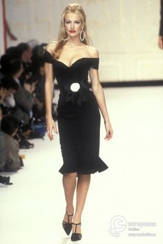 Karen Mulder for Chanel Couture, Spring/Summer 1995 Fashion Mode, Look Fashion, 90s Fashion, Couture Fashion, Runway Fashion, High Fashion, Fashion Show, Vintage Fashion, Fashion Outfits