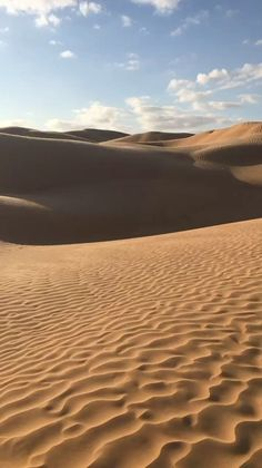 Verliebt in die Wüste The sun is shining and gives the dunes sharp contours. Dubai Vacation, Dubai Travel, Desert Aesthetic, Travel Aesthetic, Beige Aesthetic, Summer Aesthetic, Dubai Safari, Dubai Video, Fuerza Natural