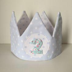 Corona aniversario o cumpleaños para niño Incluye 3 números a escojer. Confeccionada en tela de piqué por dentro y por fuera. Con velcro en la parte trasera para ajustar a la cabeza de los peques....