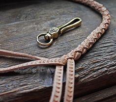 #leatherleash #chainhook #keyhook #leatherhandcraft #leatherworks #leathercraft #leathergoods #leather #ulyanihin #сделановмоскве #мастерскаяульянихина #ульянихин #кожаныйшнур
