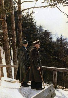 Zwei Männer im Schnee: Adolf Hitler und SS-Chef Heinrich Himmler vor dem Teehaus am Mooslahnerkopf am 3. April 1944