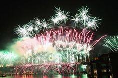 A Austrália é um dos primeiros países a dar boas-vindas para o ano novo.   Às margens do porto de sua principal cidade, Sidney, espectadores em terra ou no mar, a bordo de barcos, são brindados com um espetáculo deslumbrante.   Nos primeiros 12 minutos do novo ano, as explosões coloridas são vistas na Sydney Harbour Bridge, em barcaças e em prédios.