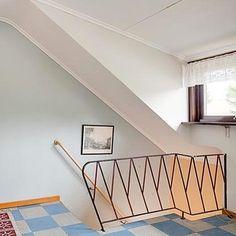 Vigorous corner of a loft in Rosenfors. House built 1948. #hemnet#svenskfast#inredning#inspiration#byggnadsvård#realestate#interior#design#scandinavian#living#swedish#home#vintage#retro#midcentury#funkis#svenskahem#retrohem