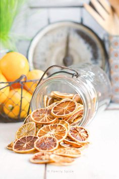 No fancy dehydrator is needed to make your own oven dried lemon slices at home. This technique works for oranges, limes and other citrus fruits, too! Candied Lemon Slices, Candied Lemons, Candied Fruit, Dried Apples, Dried Oranges, Dried Fruit, Fruit Confit, Fruit Leather Recipe, Potpourri Recipes