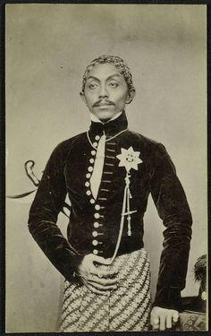 Portret van de vorst van Solo. 1875 Old Pictures, Old Photos, Polynesian People, Surakarta, Dutch East Indies, Javanese, Weird World, Southeast Asia, Portrait