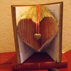 Livre pliage coeur Book Folding, Old Books, Homemade Gifts, Decoration, Origami, Sculpture, Gorgeous Hair, Lounges, Book Sculpture