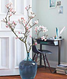 Magnolienzweig - Bauchige, schwere Gefäße geben ausladenden Zweigen Halt. Als Vase können Sie auch einen ausgedienten Glasballon von der Obstweinherstellung nehmen.