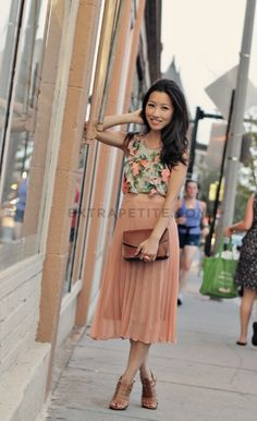 Floral top and peachy pleated skirt Jw Fashion, Petite Fashion, Modest Fashion, Fashion Outfits, Womens Fashion, Fashion News, Modest Outfits, Skirt Outfits, Classy Outfits
