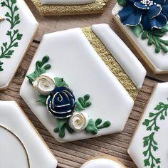 #WeddingCookies #Casamiento Diseños de galletas que podemos realizar para tu día tan especial. #TheCokieverse Flower Sugar Cookies, Iced Sugar Cookies, Royal Icing Cookies, Bridesmaid Cookies, Wedding Shower Cookies, Sweet Table Wedding, Iced Biscuits, Cookie Favors, Cute Cookies