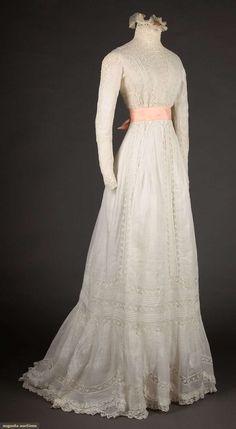 North America's auction house for Couture & Vintage Fashion. White Tea Dresses, Old Dresses, Pretty Dresses, Beautiful Dresses, 1900s Fashion, Edwardian Fashion, Vintage Fashion, Vintage Beauty, Vintage Gowns