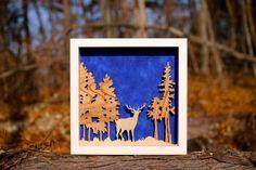 夜に活動的になる野生の牡鹿の姿を額におさめました。夜をイメージし、背景には青い布を使っています。背景の布の色を緑に変えると、森林のイメージが強くなります。絵とは違った「自然」や立体感を感じられるかと思います。額はのサイズは縦横、25cm、奥行き、4.5cmです。実際にお届けする物には、表側にガラスが付きます。撮影時に反射してしまう為、ガラスを取り外しています。背景の布は、無地であれば別の色でも可能ですので、ご相談ください。木材や布は、写真とは違う場合がございますが、なるべくイメージと合ったもので製作いたします。