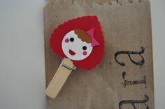Pacotinho kraft personalizado com nome+ grampo decorado com tema da festa Chapeuzinho Vermelho.
