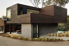 Das hier sind Bilder vom Oak Pass Guest House, das schon vor dem eigentlichen Hauptgebäude fertig wurde. Es steht in Beverly Hills in Kalifornien, umgeben von einem kleinen Wäldchen und wurde von Walker Workshop entworfen. Das Gästehaus besteht aus zwei Ge