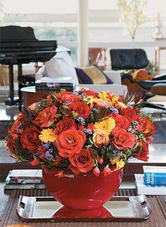 rosas, gérberas, ageratum, astromélias e folhagem greengold