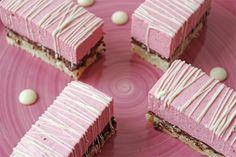 Mors Dags kage 2014 med hindbærmousse og chokoladecrunch: God kage, men man kan sagten fordoble mængden af hindbærcreme, uden at det ville gøre noget, og måske lave marcipanlaget tyndere.
