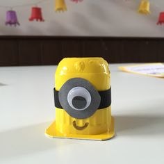 Minion traktatie. Op pakje danoontje. Minion treat for party. A yogurt package turned upside down.