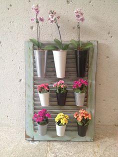 Uma visitinha a um depósito de materiais de demolição pode render ótimas ideias para criar jardineiras verticais.