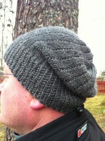 Miehen neulottu pipo myssy Cascade 220 superwash sport, Titityy ilmaiset neuleohjeet - man's knit hat. Rowan hemp tweed 104 s alkuperäisen 112 s sijaan 4 mm puikoilla. Resorin jälkeen puikot 4.5 mm:iin.