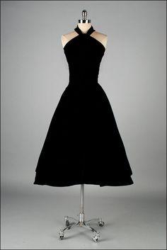 Robe vintage des années 1950. Velours noir. par millstreetvintage