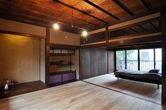 飾り棚の襖は上段を革張りに、下段をシルクに相原さん自ら張り替えたもの。 Modern Japanese Interior, Japanese Modern House, Traditional Japanese House, Asian Interior, Japanese Buildings, Japanese Architecture, Antique House, Cozy House, Home Decor Inspiration