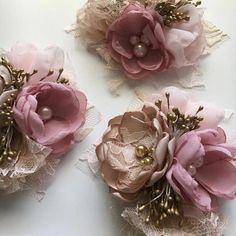 Fabric Flower Brooch, Fabric Flower Tutorial, Organza Flowers, Fabric Flowers, Paper Flowers, Bow Tutorial, Gold Corsage, Corsage Pins, Wrist Corsage