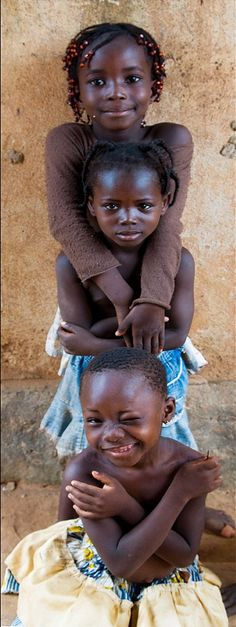 A stack of cuties in Burkina Faso. Burkina Faso, also known by its short-form name Burkina, is a landlocked country in West Africa. Precious Children, Beautiful Children, Beautiful Babies, Beautiful People, Kids Around The World, People Of The World, Tanz Poster, Little People, Little Ones