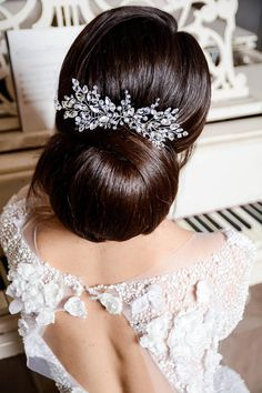 This beautiful handmade bridal hair comb made with pretty crystal elements. Complement most wedding hairstyles. It is the perfect bridal headpiece for that woman who wants to simply sparkle on her…More Wedding Hairstyles With Veil, Short Wedding Hair, Wedding Hair Down, Hair Comb Wedding, Wedding Hair Pieces, Headpiece Wedding, Bride Hairstyles, Down Hairstyles, Bridal Headpieces
