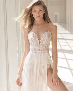 Abiti da sposa di alta moda creati nel nostro laboratorio che mettono in risalto la figura della donna in tutto il suo splendore.