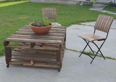 Garden furniture made of pallets - garden armchair instructions and 65 more inspirations! Pallet Garden Furniture, Diy Outdoor Furniture, Pallets Garden, Furniture Decor, Bar En Palette, Palette Table, Round Garden Table, Buy Pallets, Rustic Wooden Table