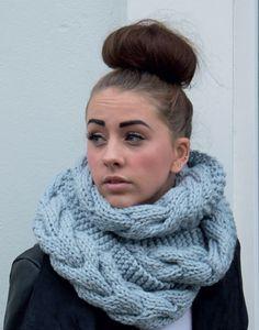 Изящный снуд с косами из объемной пряжи от Sarah Hatton вязаный спицами / Вязаные вещи становятся все более модными и актуальными с каждым днём! Мало того, что это красиво и стильно, это ещё и очень практично: уютные шарфы греют вас холодной зимой. Предлагаем[...]