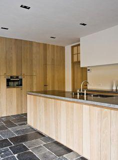 Landelijke keuken met vloertegels van antiek Belgisch hardsteen in wildverband   Kersbergen.nl