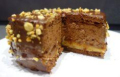 Ce gâteau chocolat cacahuètes a été fait en pensant aux fameuses barres chocolatées ! Chocolat, cacahuètes croquantes et crémeux caramel. une vraie bombe.