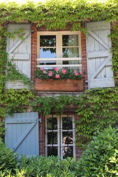 Hölzerner Balkonkasten vor dem Fenster