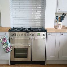 Extremely stylish looking kitchen by @fifimcgeee, who used our Artisau Gloss White tiles with a grey grout to achieve this look. 😃  #regram #toppstiles #tiles #artisau #white #kitchen#kitchendesign #kitcheninspo #kitchenstyle #fifiskitchen #housetohome #kitchenmakeover #dreamkitchen #happyhome #tileaddiction #interiors