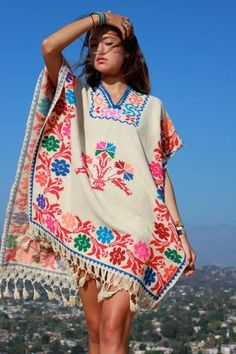 Vintage Mexican Poncho Instead of weaving, sew pieces of fabric to create the shape. Mexican Style Dresses, Mexican Outfit, Mexican Clothing, Boho Fashion, Vintage Fashion, Fashion Outfits, Rebel Fashion, 2000s Fashion, Poncho Outfit
