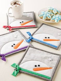 These Snowman Mug Rugs Have so Much Personality – Quilting Digest Platzdeckchen (mit Schneemann. Snowman Mugs, Snowman Crafts, Xmas Crafts, Diy Crafts, Snowmen, Small Quilts, Mini Quilts, Quilting Projects, Sewing Projects