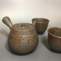 Carbonized mogake teapot and cups by Tanikawa Jin - #japanesepottery  #japaneseceramics  #pottery #ceramics #tea #greentea #wabipot #teatime #instatea #茶壶