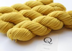 Vi har nydelige CARRIE'S YELLOW både i FINCH og CHICKADEE  #viitre #quinceandco #carriesyellow #garn