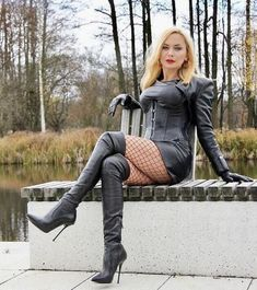 I really dig gloves. Long Leather Skirt, Leather Mini Dress, Black Leather Gloves, Leather Dresses, Cuerpo Sexy, Celebrity Boots, Leder Outfits, Thigh High Boots Heels, Goddess Costume