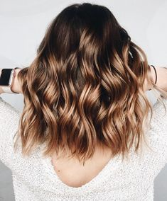A blond sweep on brown hair, is it possible? - Mel - - Un balayage blond sur cheveux bruns, est-ce possible ? A blond sweep on brown hair, is it possible? Brown Hair Balayage, Brown Blonde Hair, Hair Color Balayage, Balayage Highlights, Balayage Hairstyle, Blonde Honey, Balayage Hair Brunette Caramel, Color Highlights, Short Balayage
