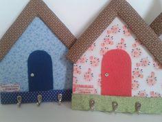 Kit de cartonagem para confecção de Porta chaves casinha, contendo peças em cartonagem, feltro adesivado e 3 ganchos com seus respectivos parafusos. <br>Não contem passo a passo nem tecidos